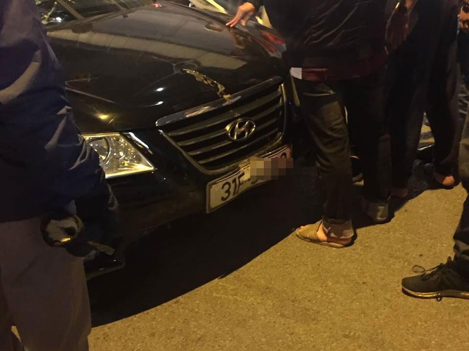 Đầu xe cũng bị hư hỏng sau vụ tai nạn liên hoàn