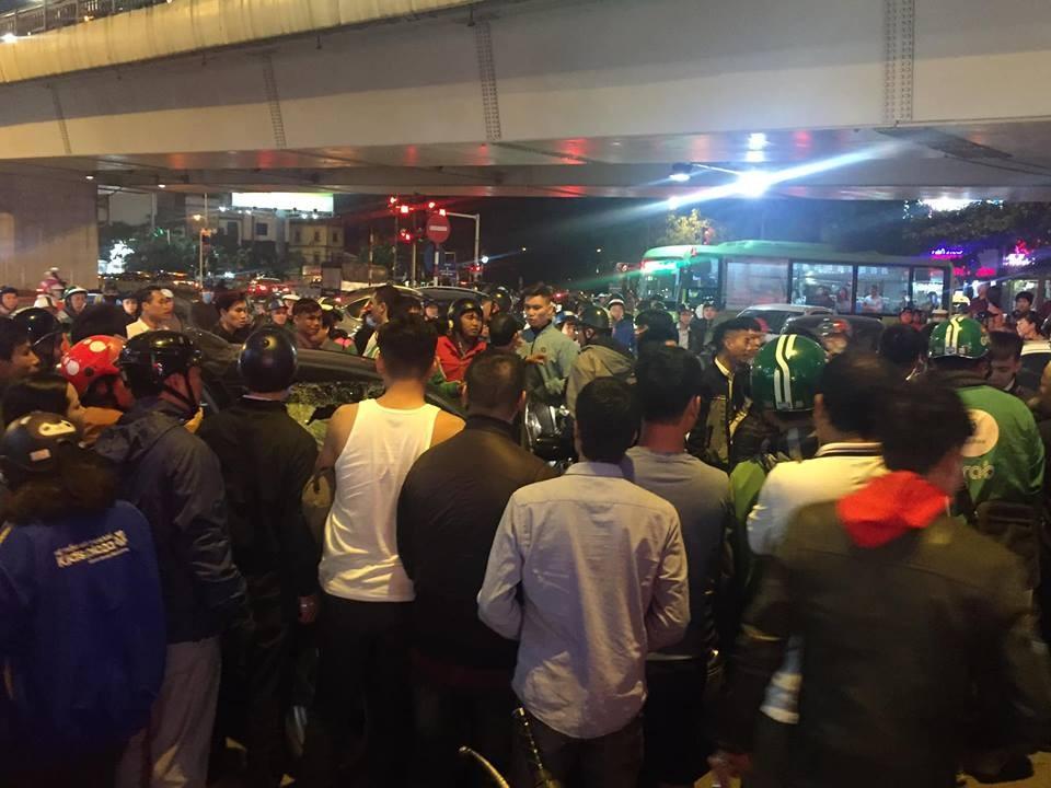 Rất đông người qua đường vây quanh chiếc xe điên