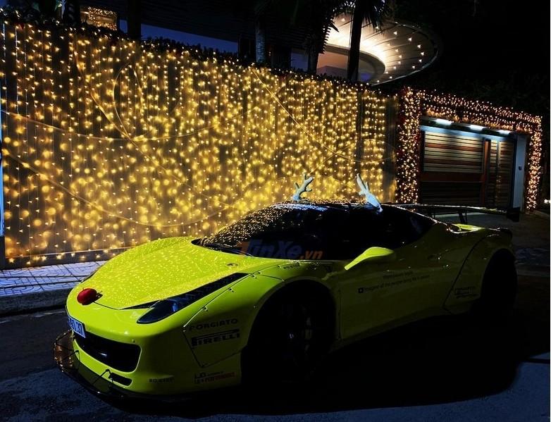 Chiếc siêu xe ông già Noel sử dụng trong đoạn video là Ferrari 458 Italia độ Liberty Walk độc nhất vô nhị tại Việt Nam