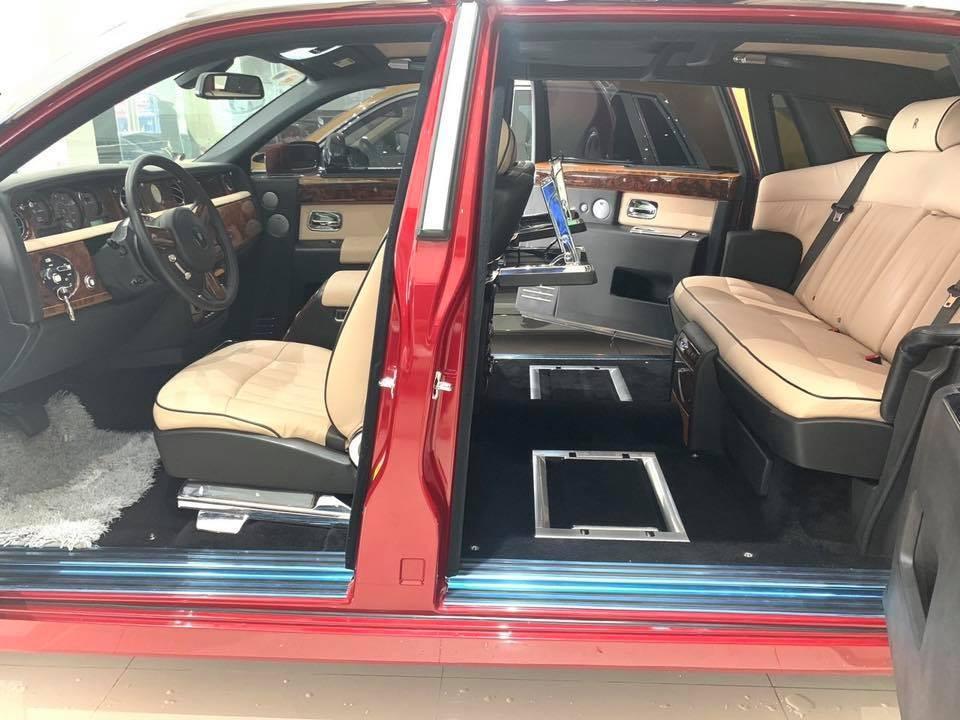 Nội thất chiếc xe siêu sang Rolls-Royce Phantom đời cũ mang màu sơn đỏ đang được rao bán lại
