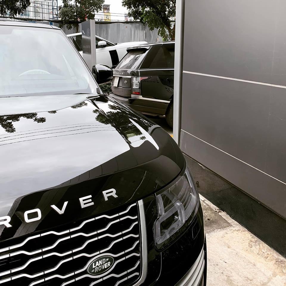 Minh Nhựa đến nhận chiếc SUV hạng sang Range Rover Autobiography đời 2018 mua chính hãng bằng mẫu xe Range Rover Autobiography LWB Black Edition xe phía xa màu đen