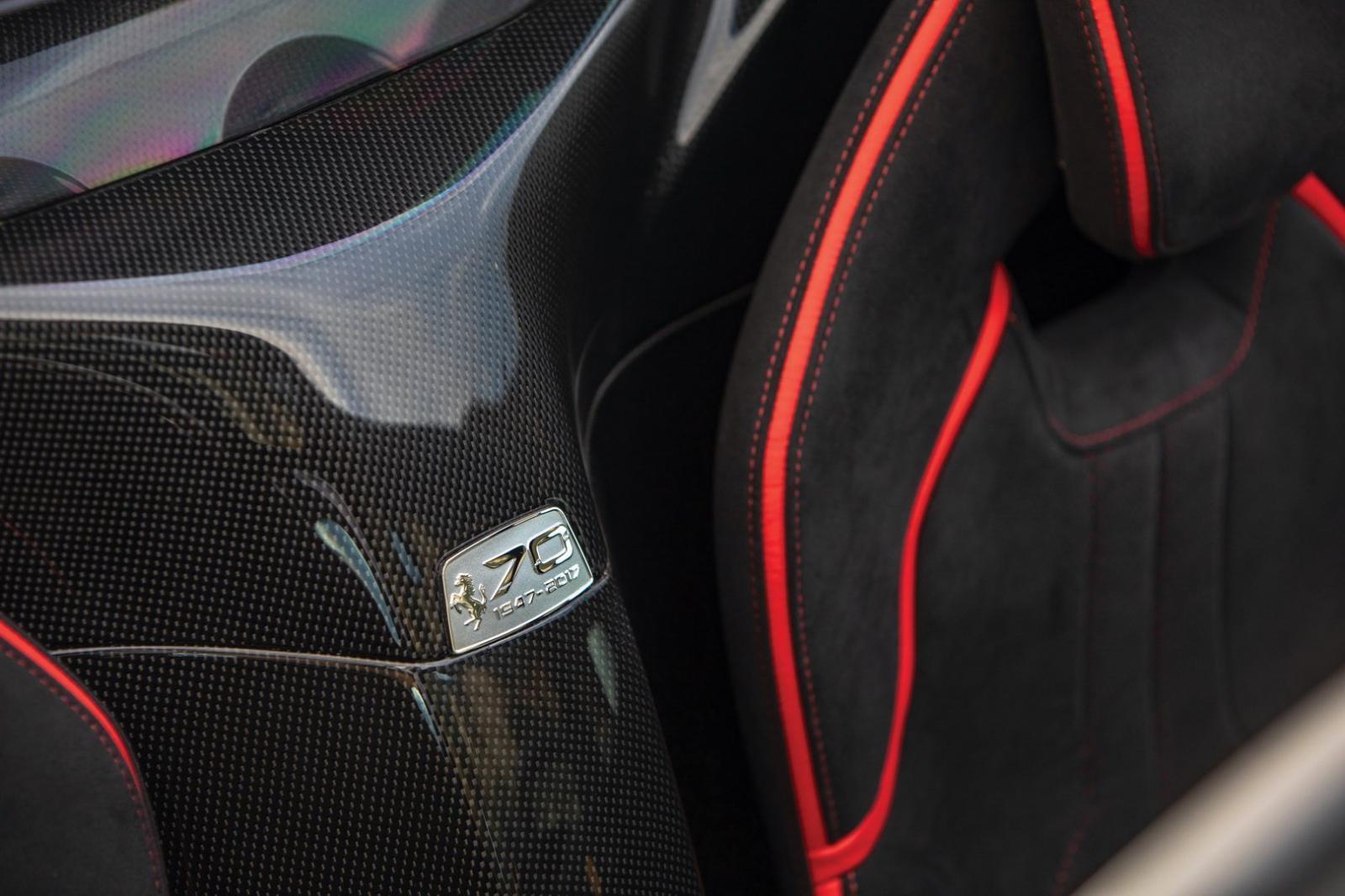 Mỗi chiếc Ferrari LaFerrari Aperta đều có huy hiệu 70 năm ở giữa 2 ghế ngồi