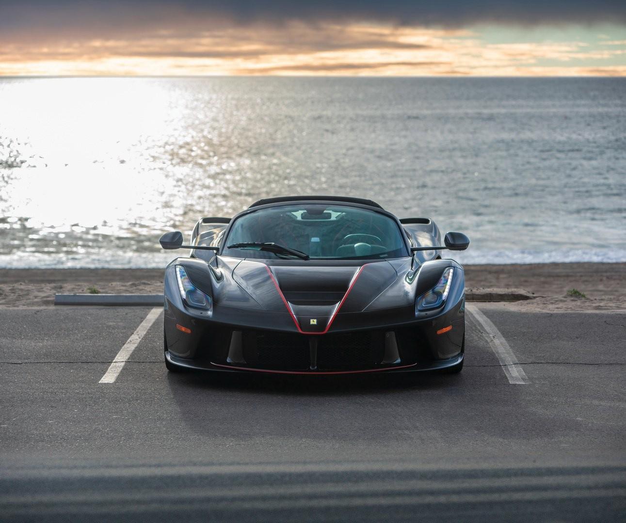 Giá cao chót vót dành cho chiếc Ferrari LaFerrari mui trần chuẩn bị đem đi đấu giá