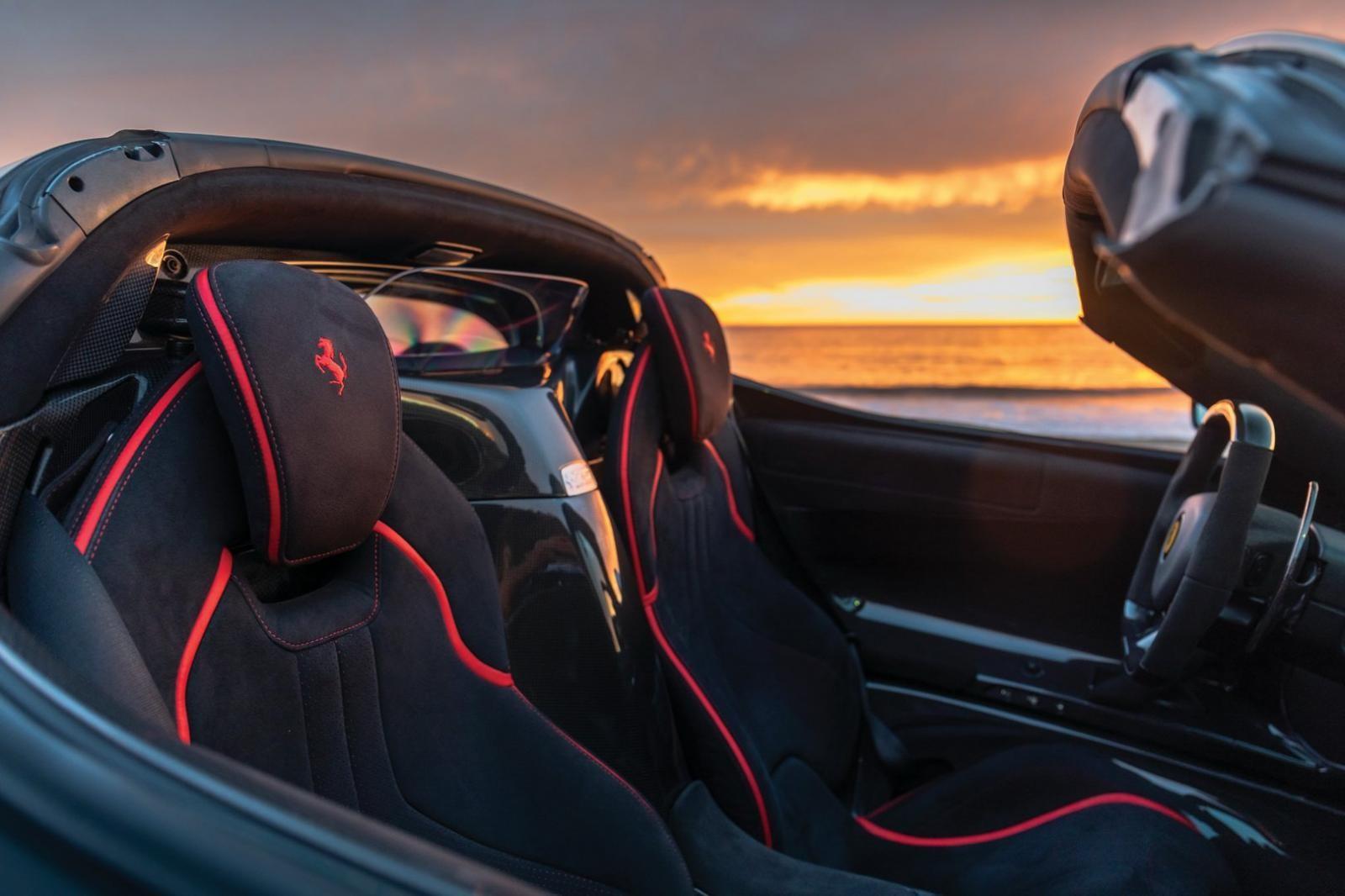 Vẻ đẹp tuyệt vời của nội thất Ferrari LaFerrari Aperta dưới ánh hoàng hôn