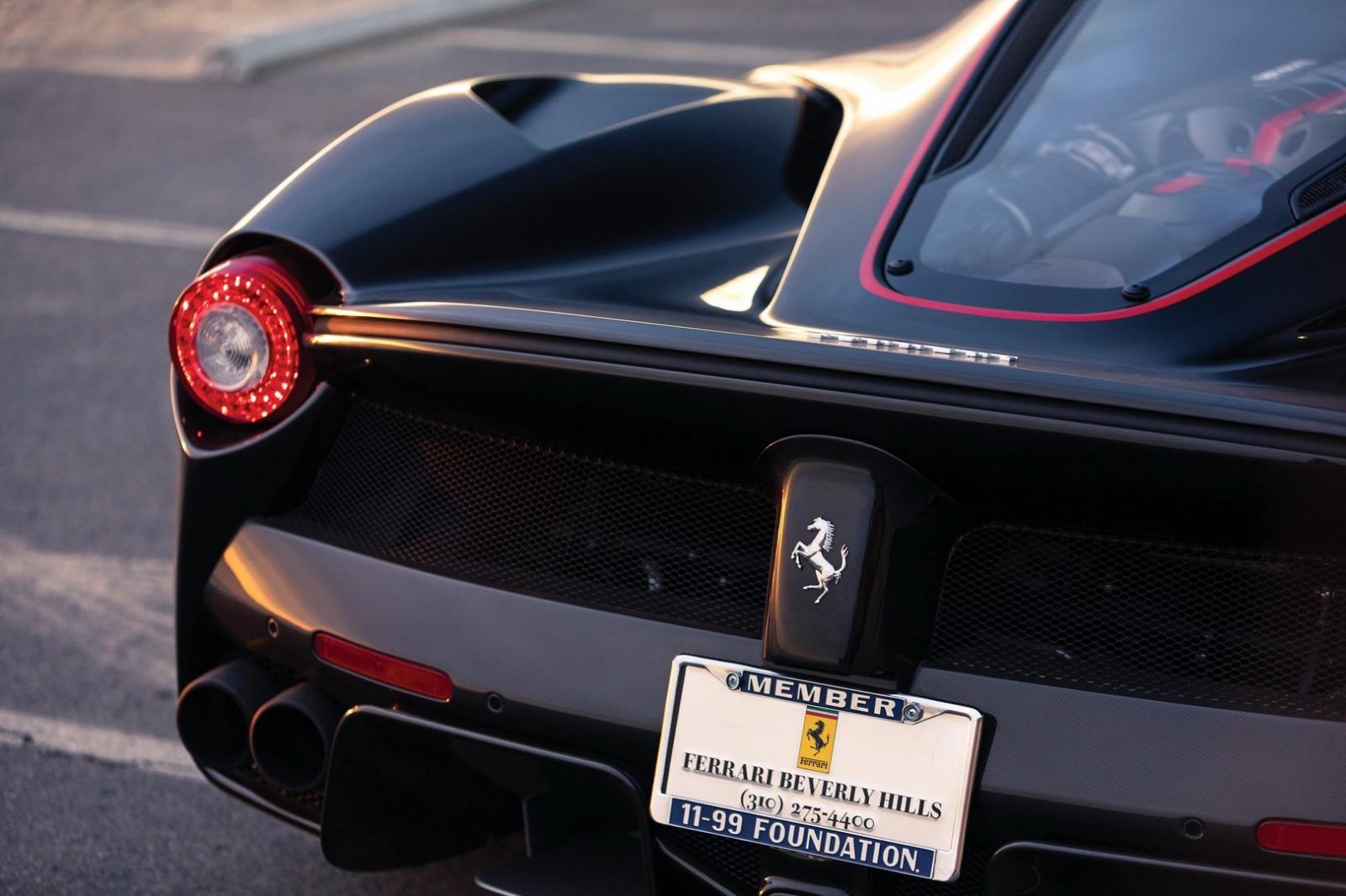 Chiếc siêu xe này mang màu sơn Nero Daytona