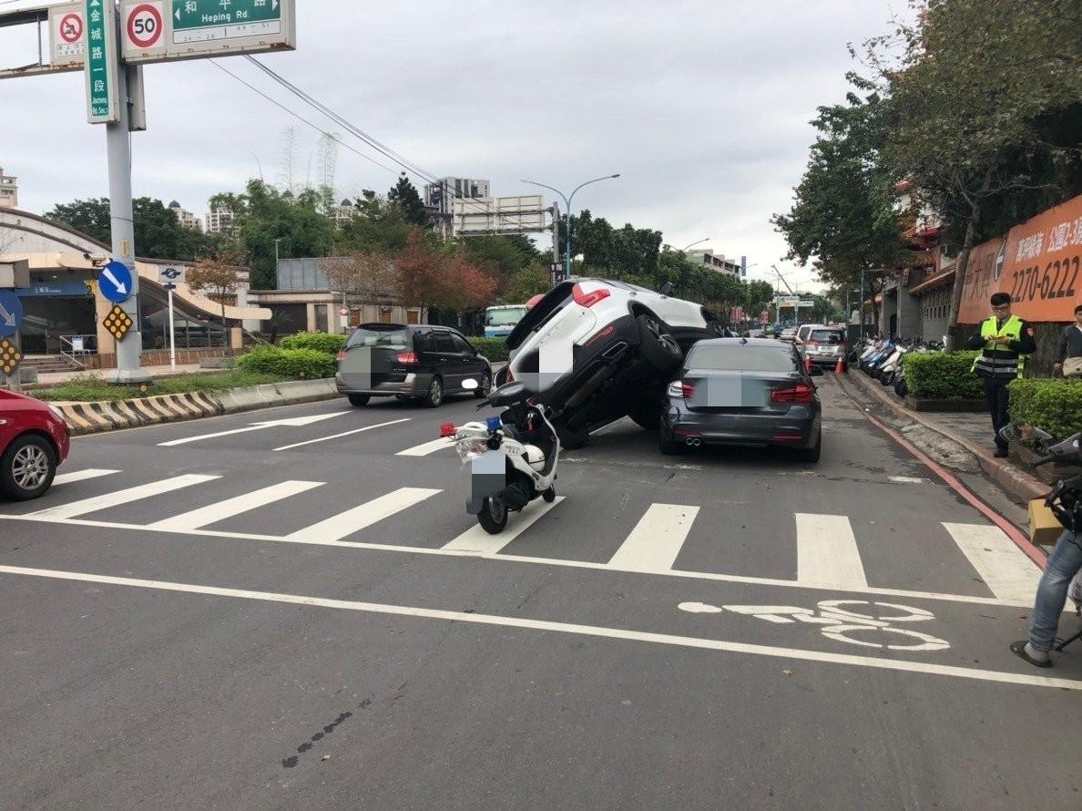 Hiện trường vụ tai nạn hi hữu của 2 chiếc xe sang Volvo XC40 và BMW 3-Series