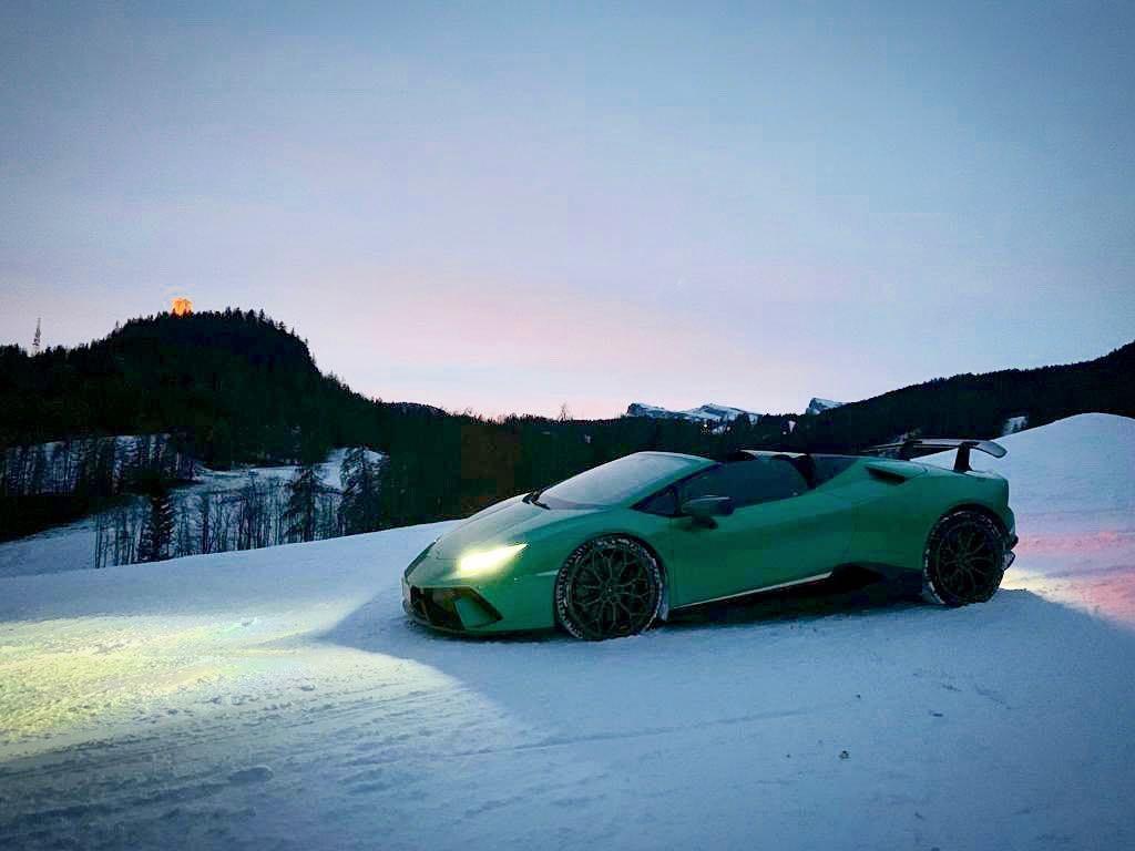 Siêu xe Lamborghini Huracan Performante Spyder trên ngọn đồi phủ đầy tuyết