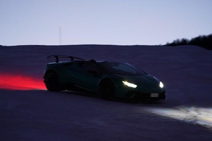 Do được trang bị dẫn động 4 bánh và cả hệ thống đánh lái 4 bánh, nên việc siêu xe mui trần Lamborghini Huracan Performante Spyder nghịch tuyết không có gì quá khó khăn