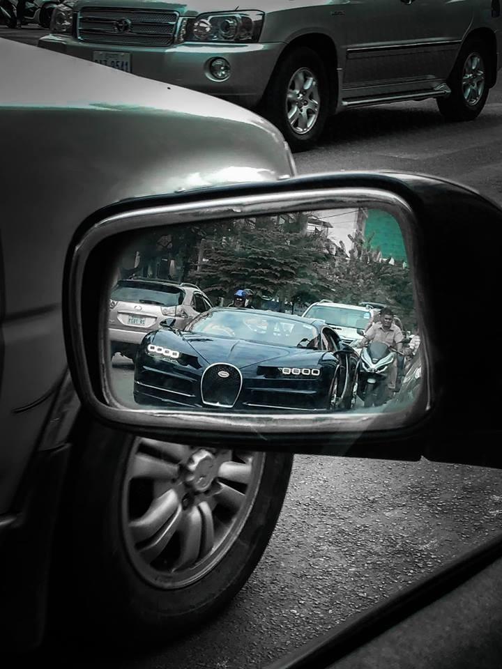 Siêu phẩm Bugatti Chiron trên đường phố đông đúc xe máy tại Campuchia