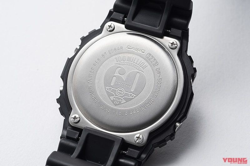 Ở mặt sau, chiếc đồng hồ mang Logo kỉ niệm 60 năm đặc trưng trên Super Cub