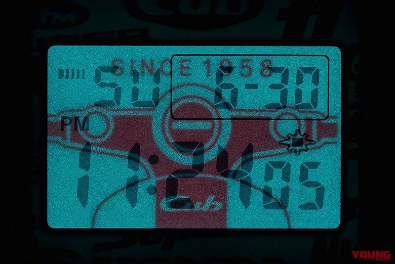 Màn hình hiển thị ban đêm trên G-Shock còn mang hình dáng dàn đầu đặc trưng của Honda Super Cub