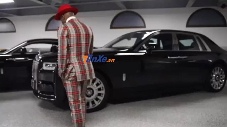 Võ sỹ triệu phú đứng bên bộ sưu tập xe Rolls-Royce của mình