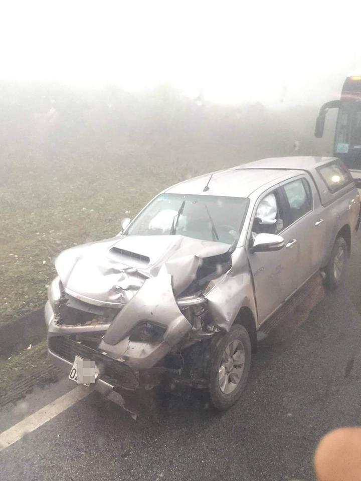 Chiếc Toyota Hilux bị biến dạng nặng phần đầu xe