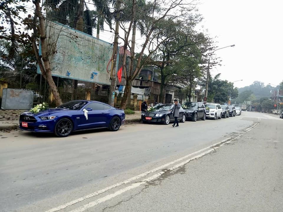 Trong đoàn xe này còn có chiếc Ford Mustang GT hàng hiếm