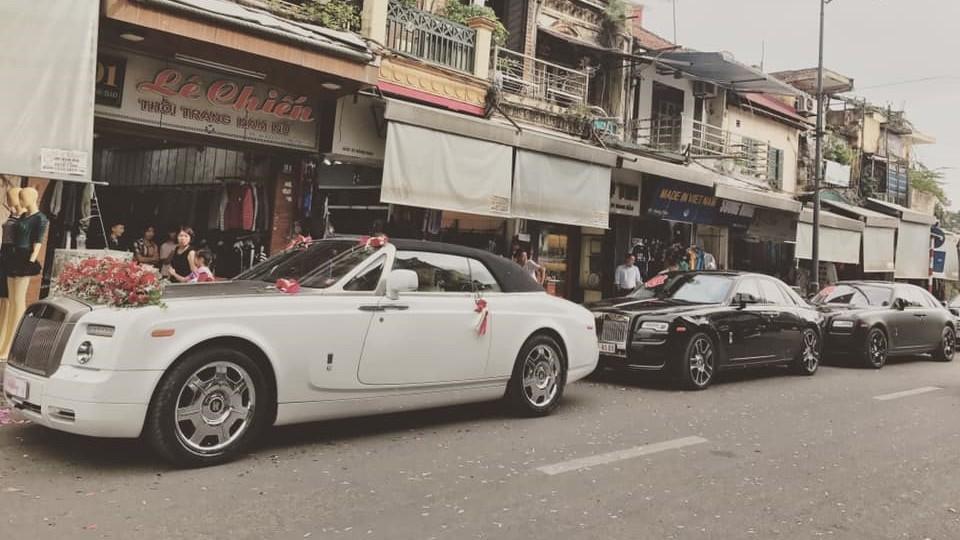 3 xe Rolls-Royce rước dâu tại phố Hàng Đào, Hà Nội