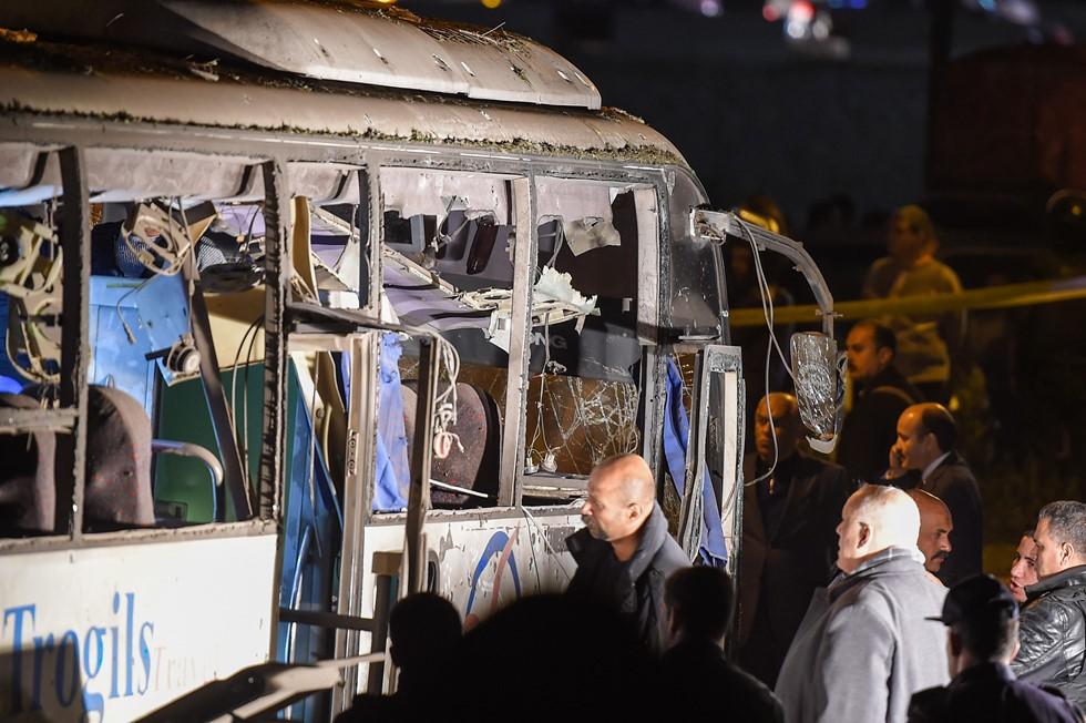 Chiếc xe buýt chở 14 du khách Việt Nam bị hỏng nặng sau vụ đánh bom
