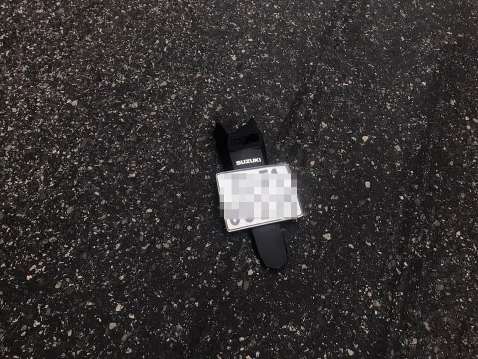 Đuôi xe lắp biển số của chiếc xe côn tay văng ra xa