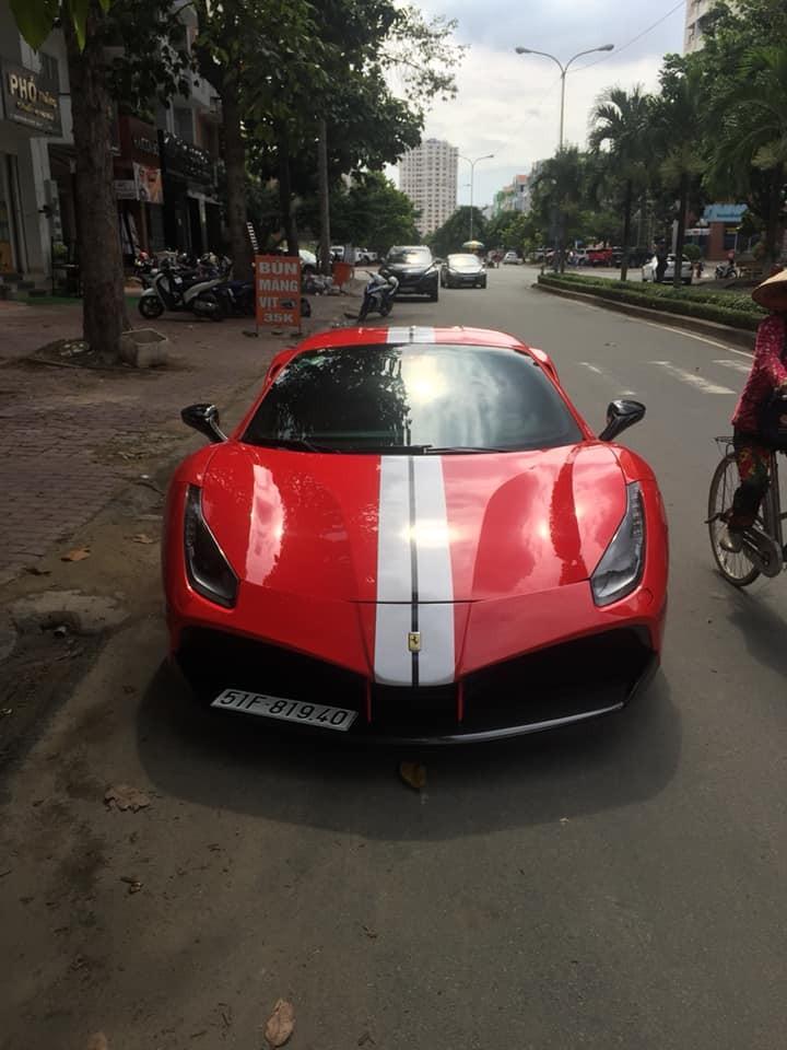 Siêu xe Ferrari 488 GTB độ body kit SVR còn được chủ nhân trang trí thêm sọc cỡ lớn màu trắng kéo dài từ nắp capô, lên trần, đến đuôi xe