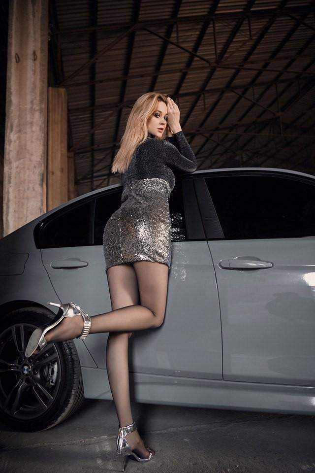 Mãn nhãn trước người mẫu Ukraine khoe thân thể bốc lửa bên BMW 320i M - 9