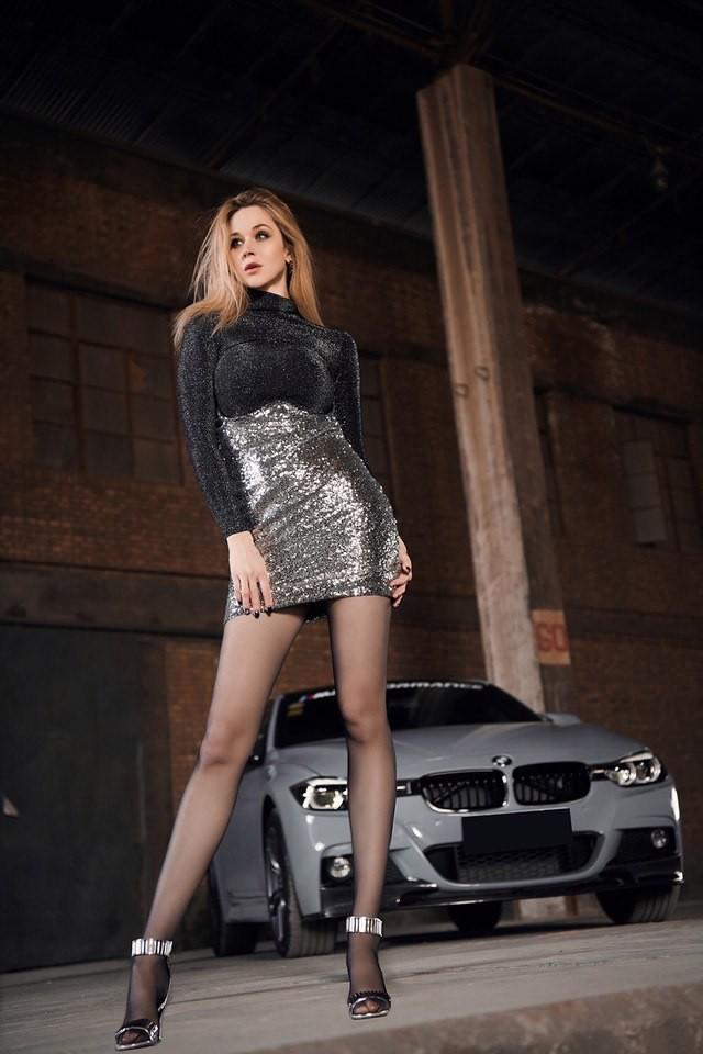 Mãn nhãn trước người mẫu Ukraine khoe thân thể bốc lửa bên BMW 320i M - 12