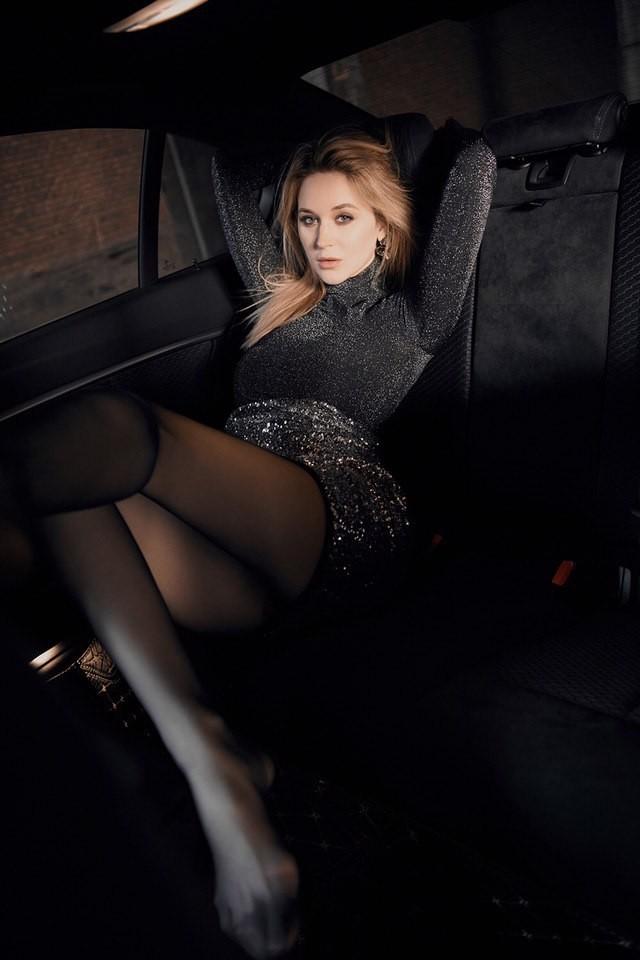 Mãn nhãn trước người mẫu Ukraine khoe thân thể bốc lửa bên BMW 320i M - 8