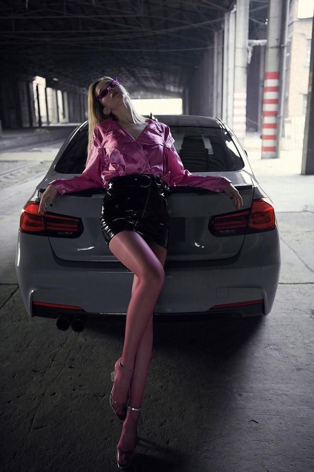 Mãn nhãn trước người mẫu Ukraine khoe thân thể bốc lửa bên BMW 320i M - 16