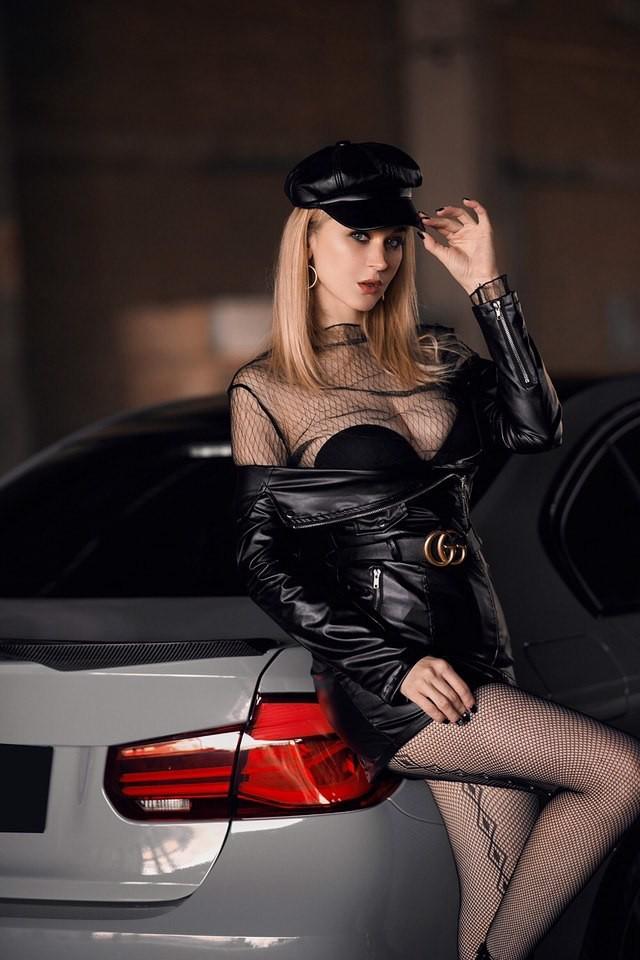 Mãn nhãn trước người mẫu Ukraine khoe thân thể bốc lửa bên BMW 320i M - 1