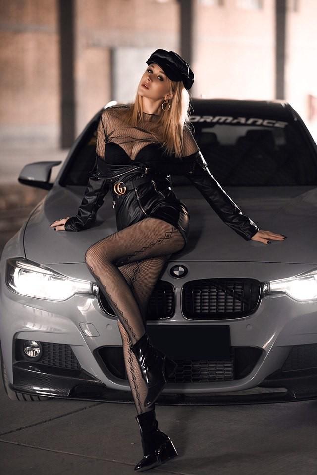 Mãn nhãn trước người mẫu Ukraine khoe thân thể bốc lửa bên BMW 320i M - 5