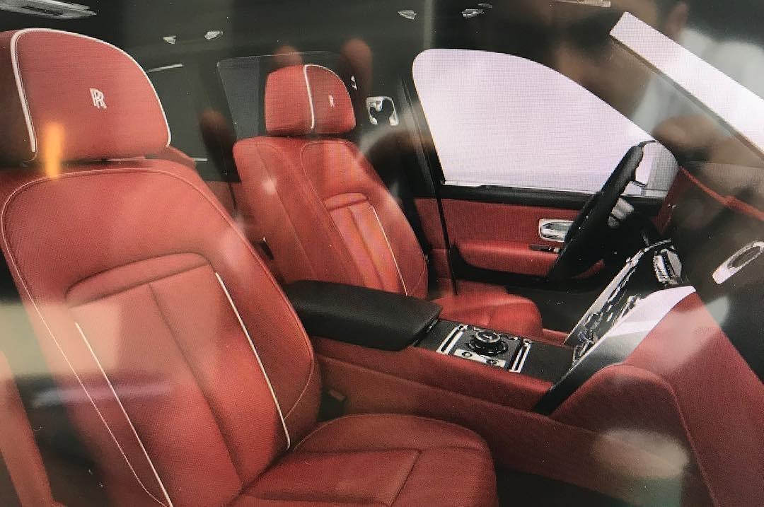 Bên trong chiếc SUV siêu sang là nội thất bọc da màu đỏ