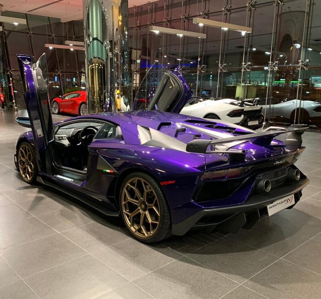 Chiếc Aventador SVJ đầu tiên hân hạnh mang bộ áo do bộ phận cá nhân hoá Lamborghini Ad Personam tạo ra thuộc sở hữu của đại lý siêu xe ở Mỹ