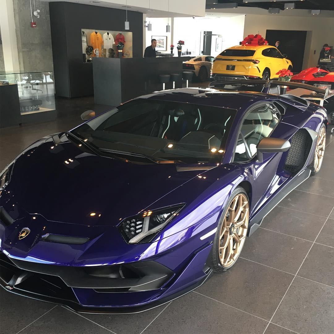 Cận cảnh màu sơn Viola Aletheia đầy thú vị do hãng Lamborghini tạo ra cho Aventador SVJ