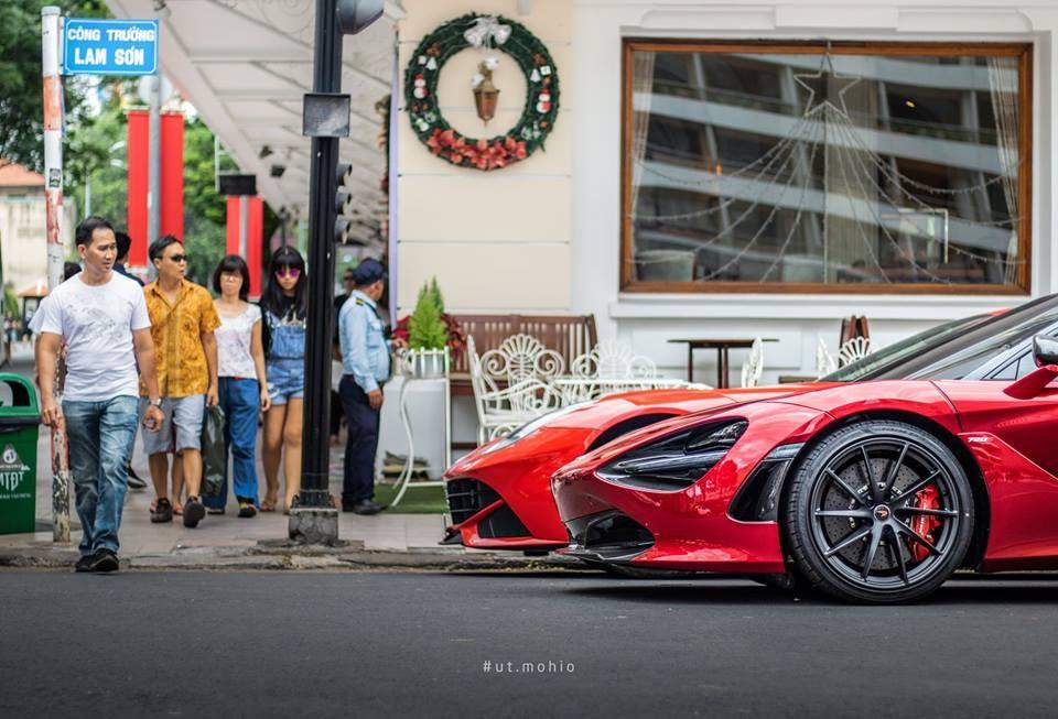 Ferrari F12 Berlinetta của doanh nhân Hà Nội và siêu phẩm McLaren 720S tại Sài thành đều có bộ áo màu đỏ