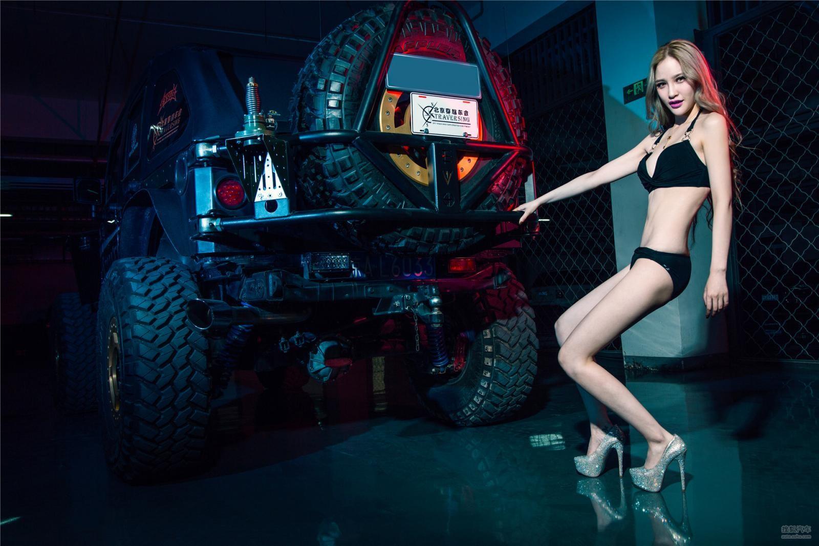 Chân dài 9x diện đồ lót đen bên mẫu xe off-road hầm hố - 9