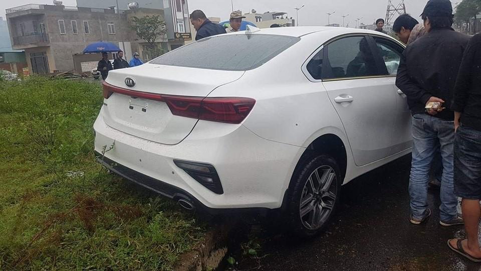 Chiếc Kia Cerato 2019 còn chưa có biển số đã gặp tai nạn