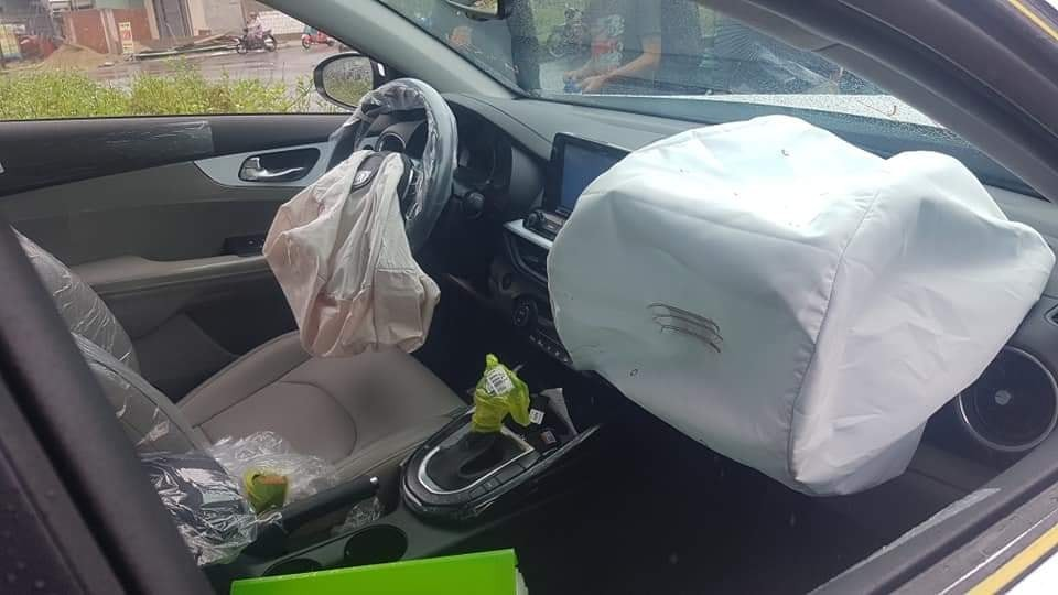 Túi khí bên trong chiếc xe còn mới toanh đã bung ra