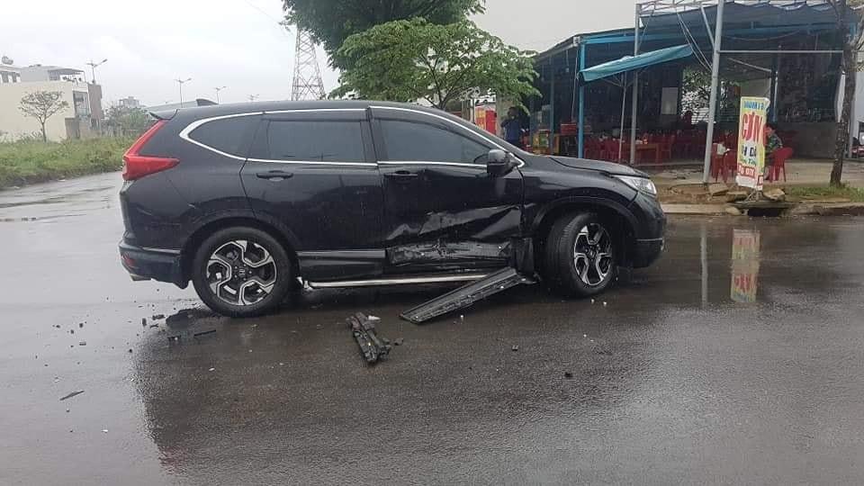 Chiếc Honda CR-V bị bẹp dúm cửa trước bên phải