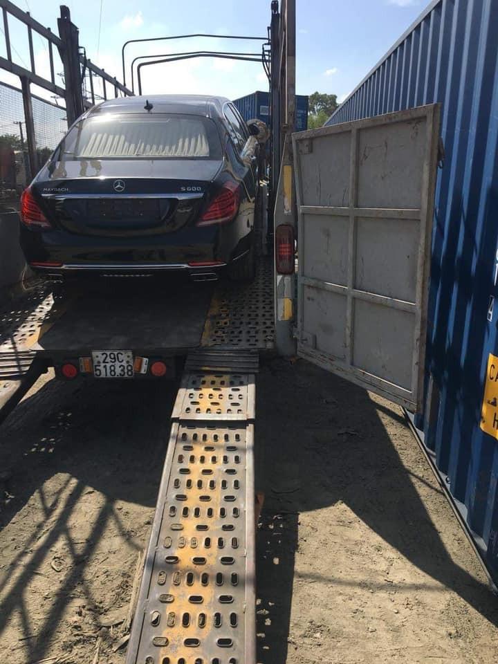 Với chiều dài lên đến 6,4 m, việc vận chuyển chiếc Mercedes-Maybach S600 Pullman lên xe lồng quả thật không đơn giản