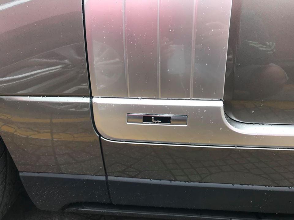 Chưa hết, đây còn là 1 chiếc Range Rover Autobiography đời 2018 thuộc bản trục cơ sở dài với logo chữ L bên hông xe