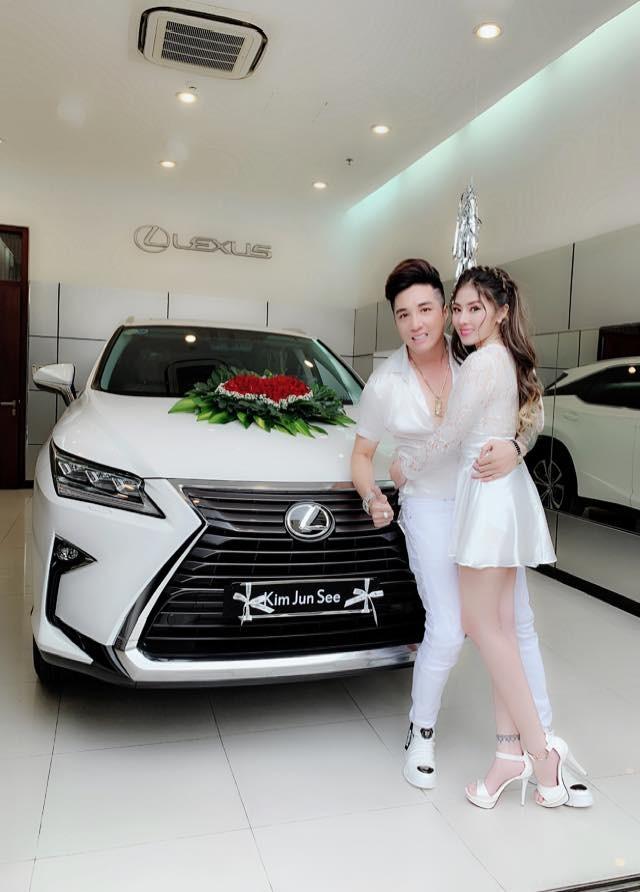 Ca sĩ Lâm Chấn Khang đã gây choáng cư dân mạng khi mua hẳn 1 chiếc Lexus RX để cầu hôn bạn gái Kim Jun See