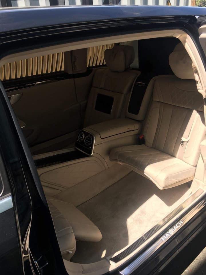 Khoang hành khách phía sau được trang bị đến 4 ghế theo cách bố trí 2 hàng ghế đối diện nhau