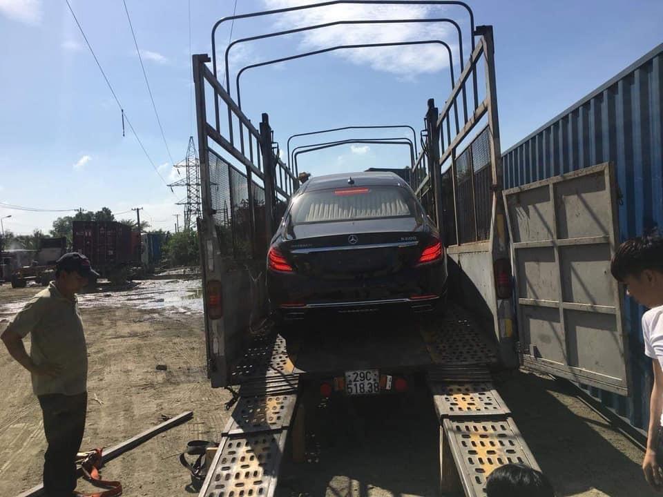 Siêu phẩm Mercedes-Maybach Pullman thứ 2 tại Việt Nam bất ngờ tái xuất và đã được vận chuyển lên xe lồng để chuẩn bị bàn giao cho chủ nhân