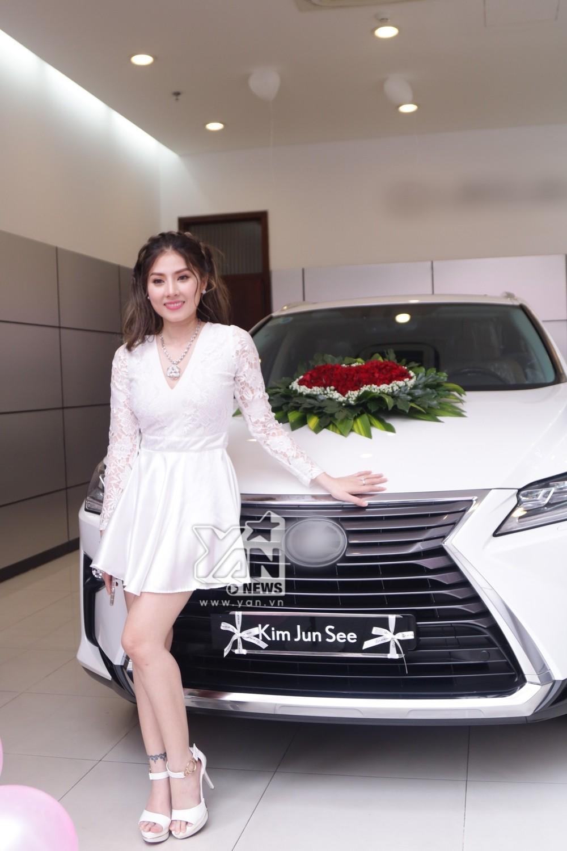 Hot girl lai Việt - Hàn, Kim Jun See bên cạnh chiếc Lexus RX bạn trai mua tặng