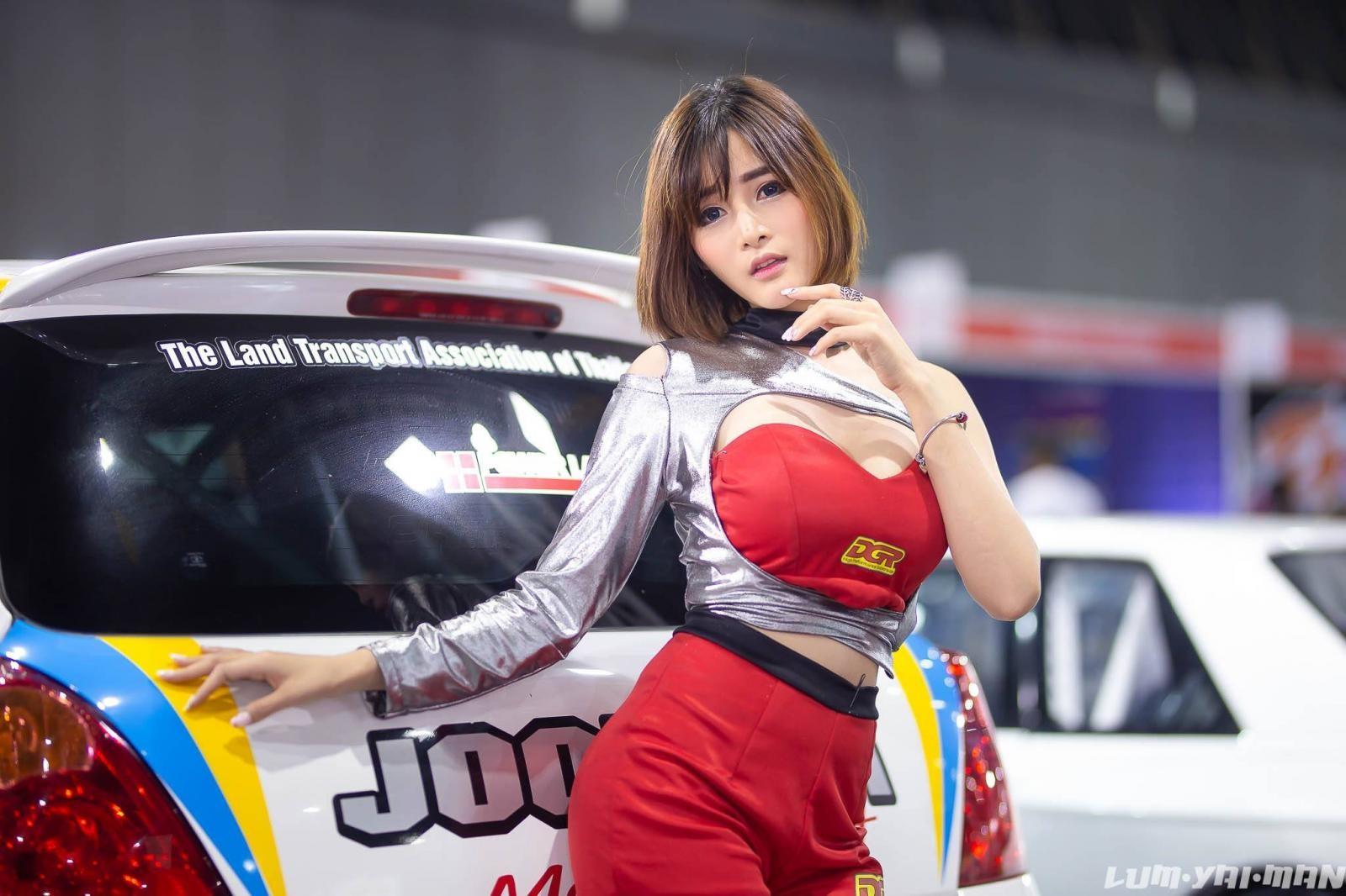 Ngắm người mẫu Thái Lan vừa dễ thương lại vừa gợi cảm ở Auto Salon 2018 - 19
