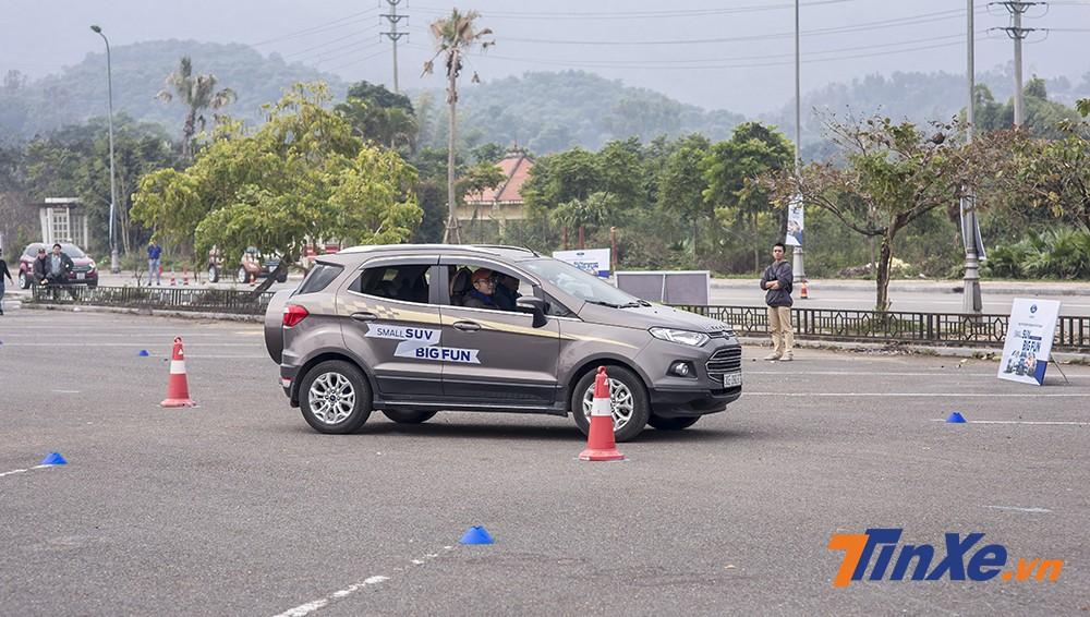 Ford Ecosport dễ dàng vượt qua bài lái xe zigzag.