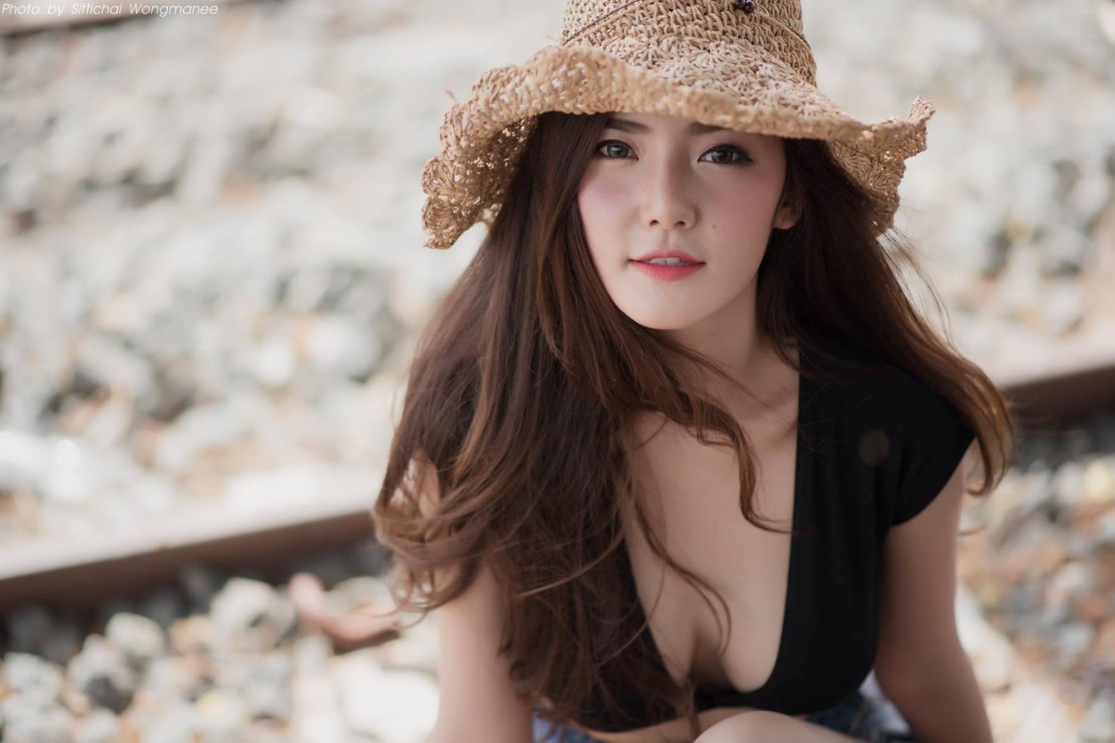 Người đẹp gốc Thái thả dáng hồn nhiên bên đường ray tàu hỏa - 8