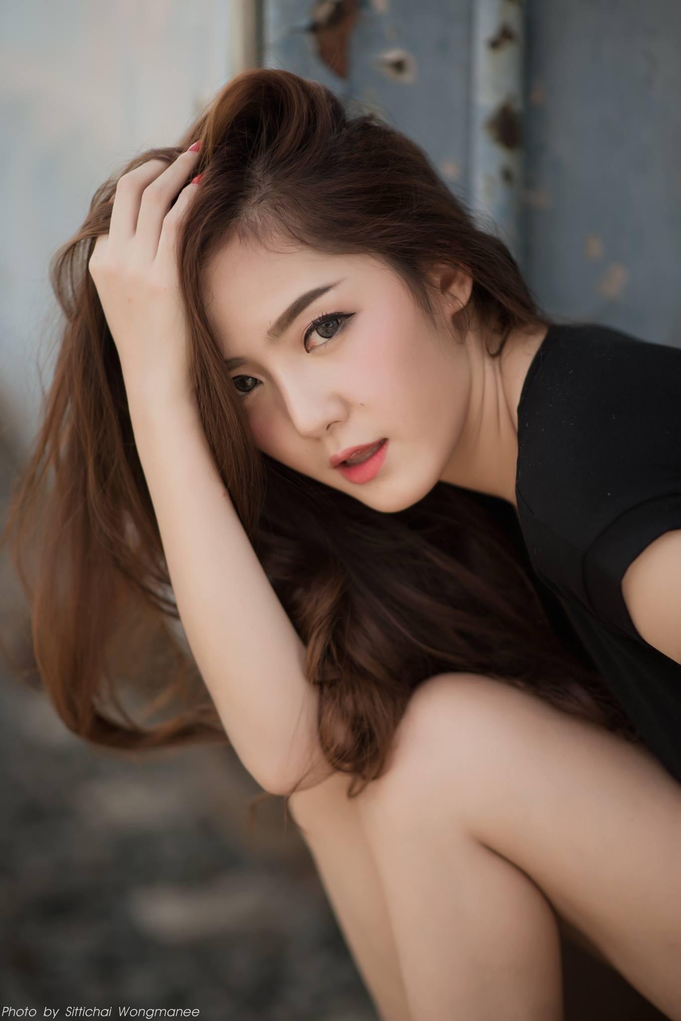 Người đẹp gốc Thái thả dáng hồn nhiên bên đường ray tàu hỏa - 1