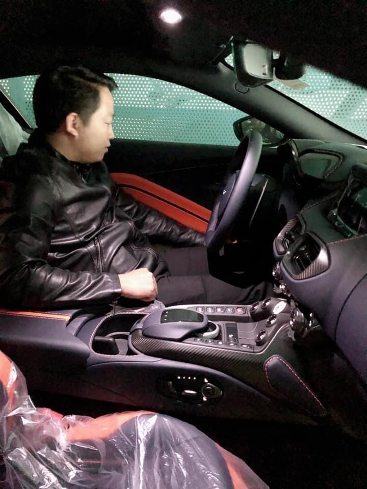 Nội thất xe bọc da màu đen-đỏ cùng nhiều chi tiết sợi carbon
