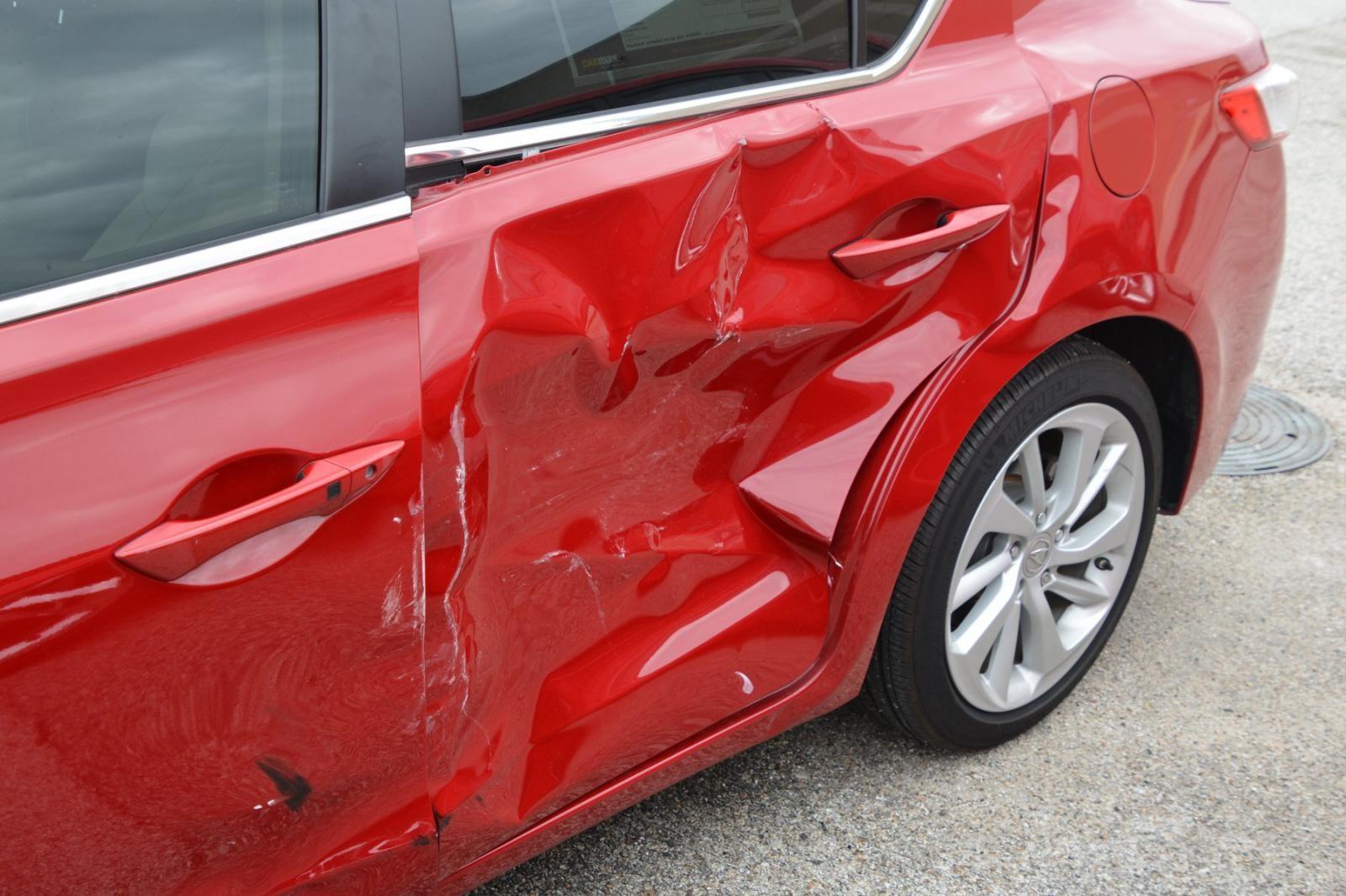 Chiếc Acura màu đỏ là một nạn nhân trong vụ phá hoại của nhóm 4 thiếu niên