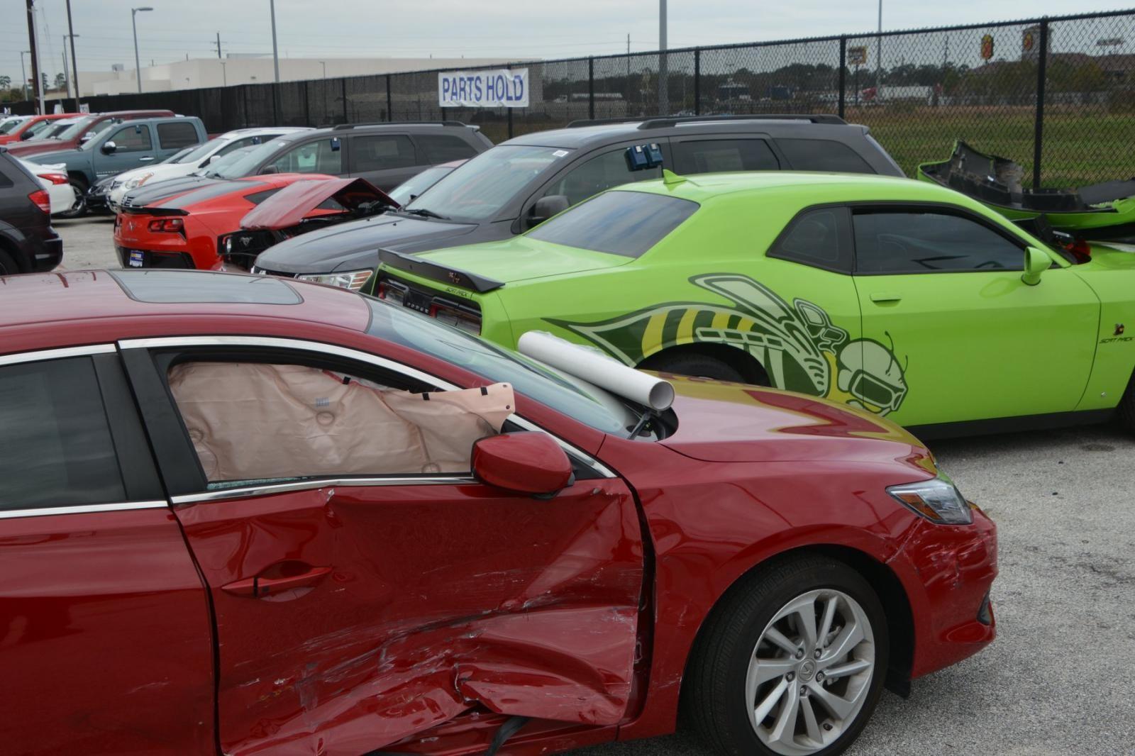 Túi khí bên trong chiếc Acura bung ra, che kín cả cửa sổ