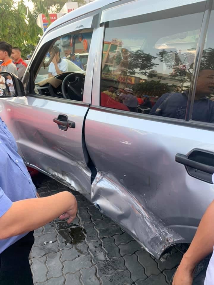 Bên hông chiếc xe Mitsubishi Pajero móp méo nặng